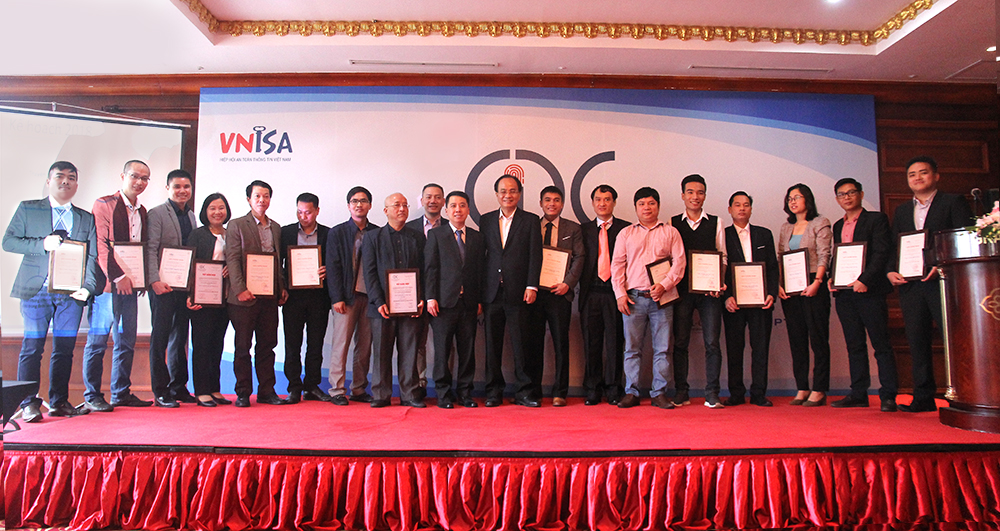 CyStack và các hội viên nhận giấy chứng nhận trở thành hội viên chính thức của VNISA.